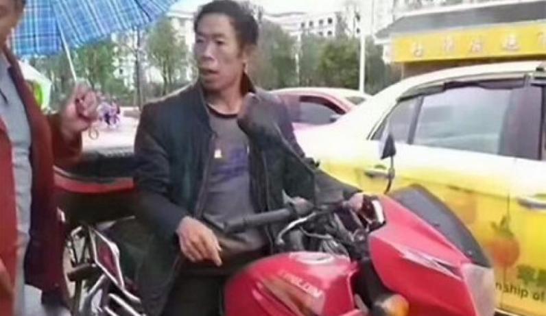 Отец наказал 12-летнего сына за кражу $15, протащив его голым по городу