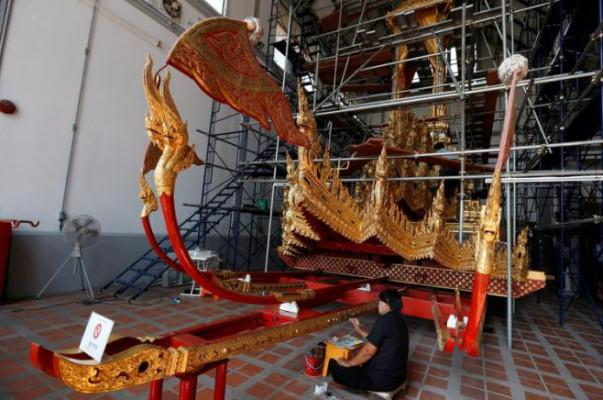 """Golden chariot restored for Thai king's """"ascent to heaven"""""""