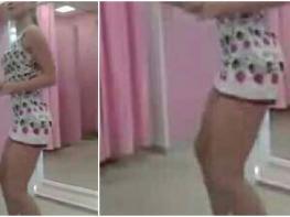 :O <3 Աղջիկը շատ կարճ զգեստով պարում է հանդերձարանում և չգիտի որ նրան նկարում են: Սա ուղղակի պետք է տեսնեք. Դիտեք տեսանյութը