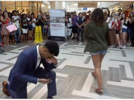 Парень сделал предложение девушке при всех, но она ответила «Нет!» Смотрите на реакцию толпы!