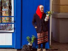 Ծեր կինը վաճառում էր իր միակ ծաղիկը… ահա, թե ինչ պատահեց, երբ մի գնորդ մոտեցավ նրան, նա չկարողացավ զսպել արցունքները… Ժամանակն է հավատալ հրաշքների