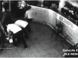 Մատուցողուհու արձագանքը, երբ տղան «ձեռք է գցում» :  Աղջիկը տեղում մահացավ ( VIDEO 18+ )
