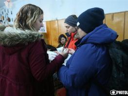 Միջադեպ Ճամբարակի 20/24 ընտրատարածքում. քվեարկել օգնում են ոչ միայն տարեցներին, այլև երիտասարդներին