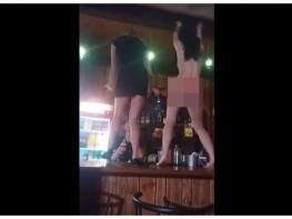 Пьяный стриптиз посетительницы ночного клуба закончился падением за барную стойку