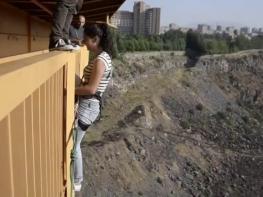 Ինչպես է աղջիկը նետվում Դավիթաշենի կամրջից (տեսանյութ)