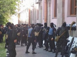 ՀՐԱՏԱՊ. Նռնակով զինված տղամարդը փորձել է ներխուժել Կառավարության շենք